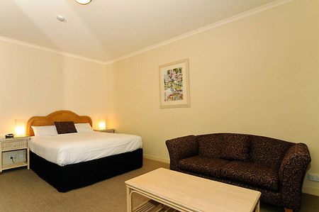 Quality Hotel Tiffins on the Park - Accommodation Sydney
