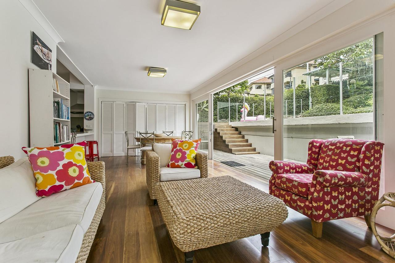 Summery spacious 4 bed home in Kurraba Point - Accommodation Sydney